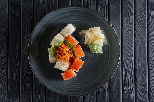 Conjunto de pãezinhos com salmão, césamo e cenoura picante