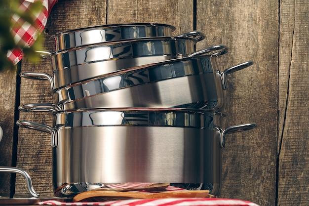 Conjunto de panelas de aço inoxidável em uma cozinha
