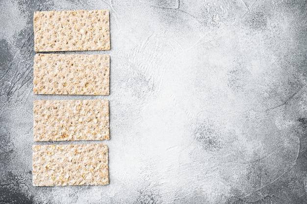 Conjunto de pão crocante de trigo mourisco, em mesa de pedra cinza, vista de cima plana