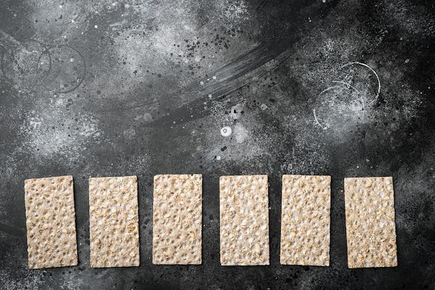Conjunto de pão de lanche de baixas calorias, em mesa de pedra preta escura