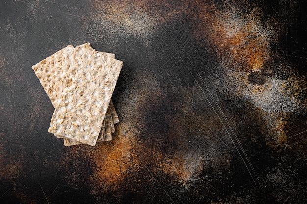 Conjunto de pão de lanche de baixas calorias, em mesa rústica escura velha, vista de cima plana