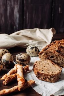 Conjunto de pão de trigo sarraceno livre de fermento escuro em um corte encontra-se em pergaminho