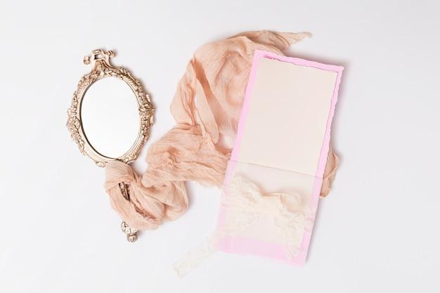 Conjunto de papel e espelho entre têxteis