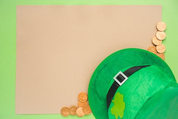 Conjunto de papel perto de moedas e chapéu de saint patricks