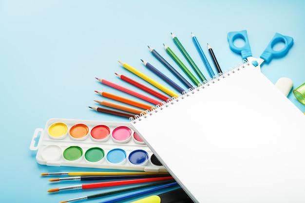Conjunto de papelaria para desenho e criatividade
