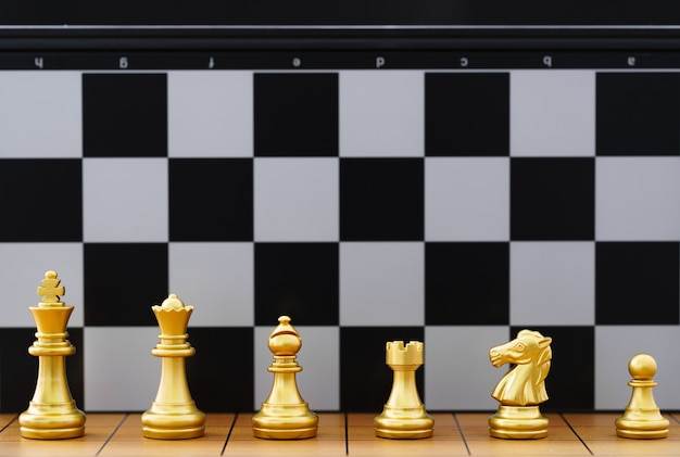Conjunto de peças de xadrez de ouro e várias peças de xadrez