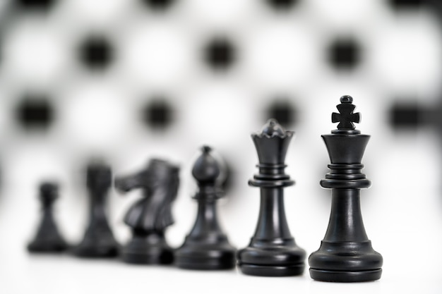 Conjunto de peças de xadrez preto sobre fundo branco