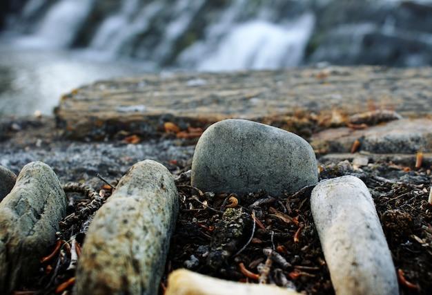 Conjunto de pedras perto da água