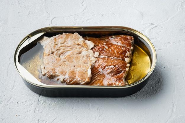 Conjunto de peixe defumado em lata de truta selvagem, em lata, em branco