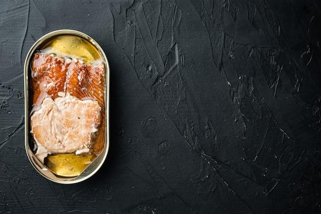 Conjunto de peixes defumados enlatados de salmão rosa selvagem, em lata, em preto