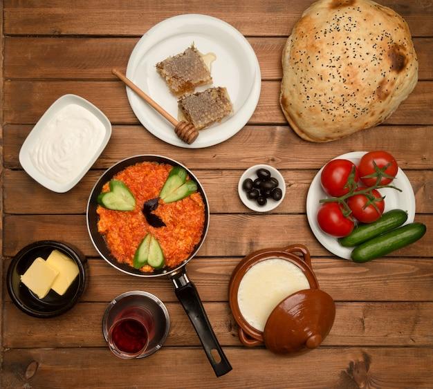 Conjunto de pequeno-almoço na vista superior da placa de madeira