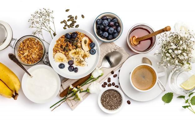 Conjunto de pequeno-almoço saudável em branco, vista superior, copie o espaço
