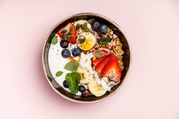Conjunto de pequeno-almoço saudável na vista superior rosa, cópia espaço