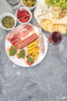 Conjunto de petiscos de antepastos italianos. comida italiana.