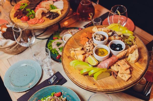 Conjunto de petiscos de vinho italiano antepastos. brushettas, variedade de queijos, azeitonas do mediterrâneo, picles, presunto de parma com melão