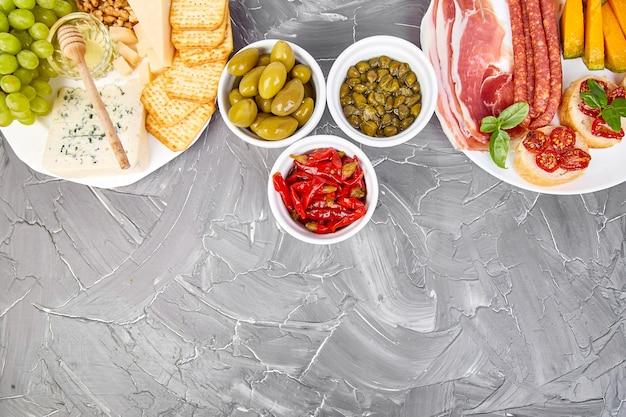 Conjunto de petiscos de vinho italiano antepastos. comida italiana.