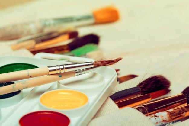 Conjunto de pincéis de arte com aquarelas close-up