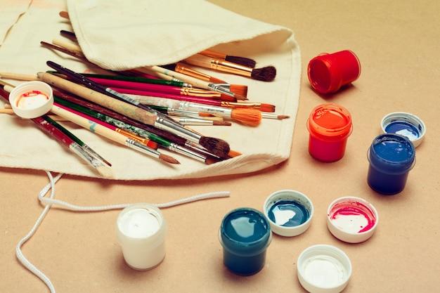 Conjunto de pincéis de artista aquarela profissional em um caso de rolo feito à mão e tintas aquarela close-up
