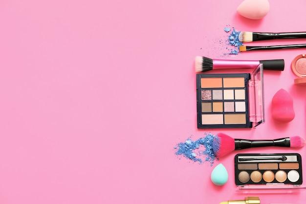 Conjunto de pincéis de maquiagem com cosméticos decorativos em cor de fundo