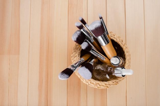 Conjunto de pincéis de maquiagem de bambu, filmado em fundo abstrato. agrupados. vista horizontal superior sckin cuidados e conceito de maquiagem.