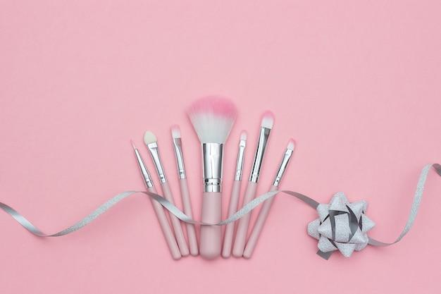 Conjunto de pincéis de maquiagem e serpentina de fita de prata com laço rosa pastel