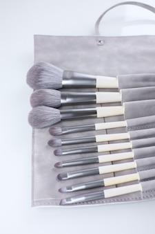 Conjunto de pincéis de maquiagem em estojo de camurça