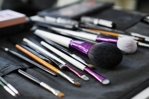 Conjunto de pincéis de maquiagem no caso. muitos pincéis de maquiagem diferentes.