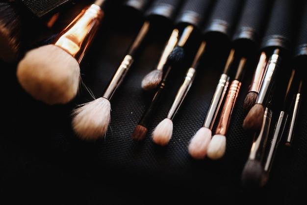 Conjunto de pincéis de maquiagem situa-se na mesa