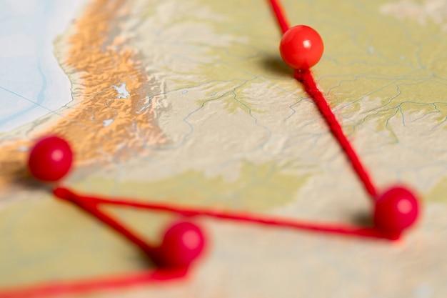 Conjunto de pinos e artigos de papelaria vermelho