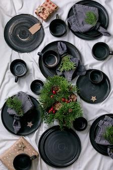 Conjunto de placas de cerâmica artesanais pretas vazias