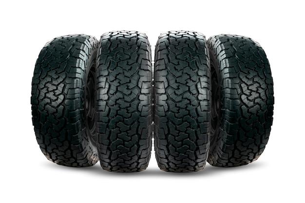 Conjunto de pneus de carro de 4 rodas projetado para uso em todas as condições de estrada isoladas em fundo branco.