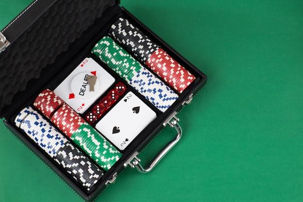 Conjunto de pôquer em uma mala