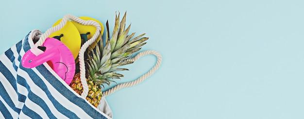 Conjunto de praia de verão colorido banner plana leigo