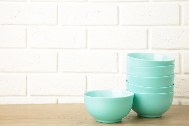 Conjunto de pratos de salada de cerâmica de hortelã empilhados na luz