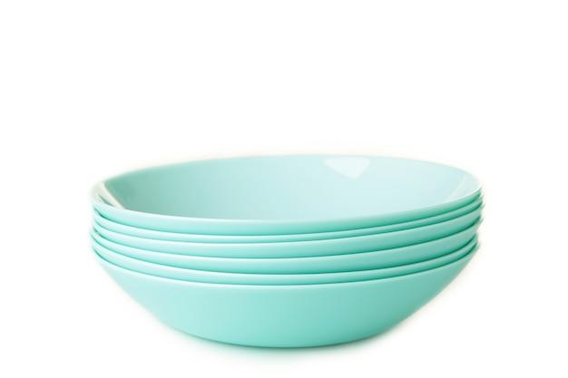 Conjunto de pratos de sopa de cerâmica de hortelã empilhados isolados no branco