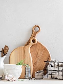 Conjunto de pratos e utensílios de cozinha, conceito de decoração de cozinha para casa, vista frontal, espaço de cópia