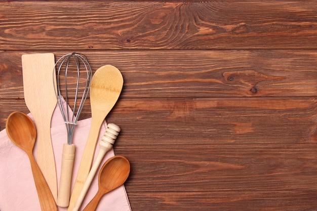 Conjunto de pratos em close-up de aparelhos de cozinha com fundo colorido