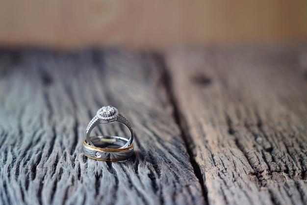 Conjunto de precioso anel de casamento em fundo de madeira, um momento de homem e mulher na cerimônia de casamento. amor no dia dos namorados