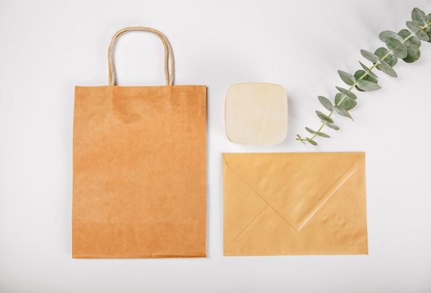 Conjunto de presente marrom sacos de papel caixa de madeira envelope isolado