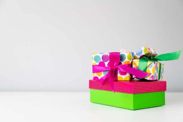 Conjunto de presentes coloridos com cópia-espaço
