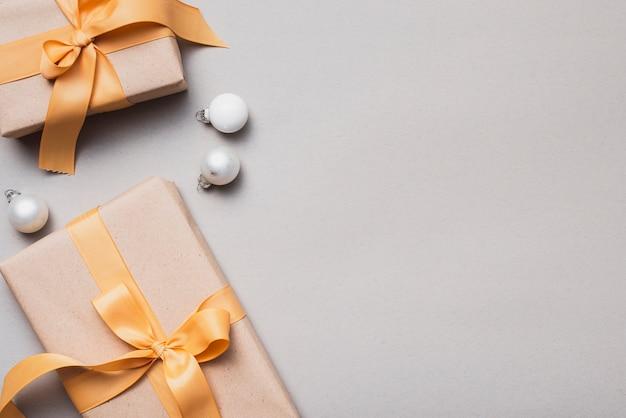 Conjunto de presentes de natal com fita dourada e globos