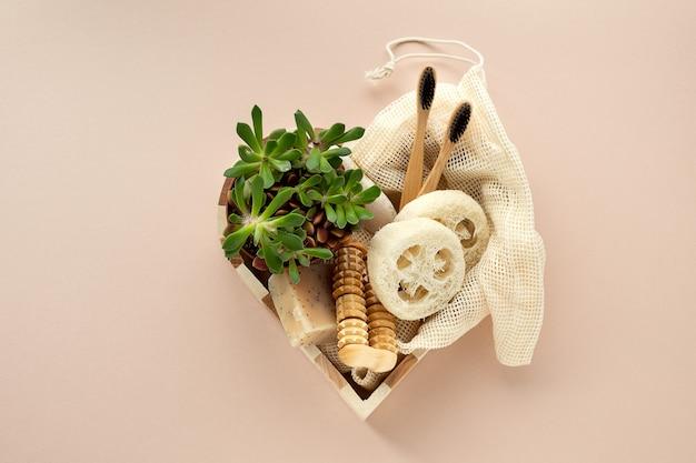 Conjunto de presentes de produtos de beleza ecológicos para cuidados corporais em caixa de madeira em forma de coração. ferramentas de banheiro orgânicas naturais.