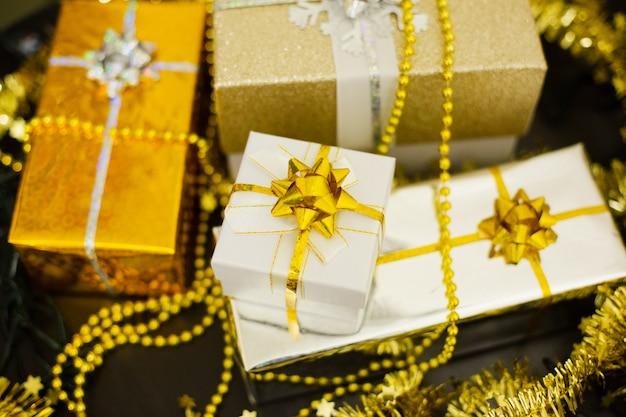Conjunto de presentes festivos de natal multicoloridos na mesa