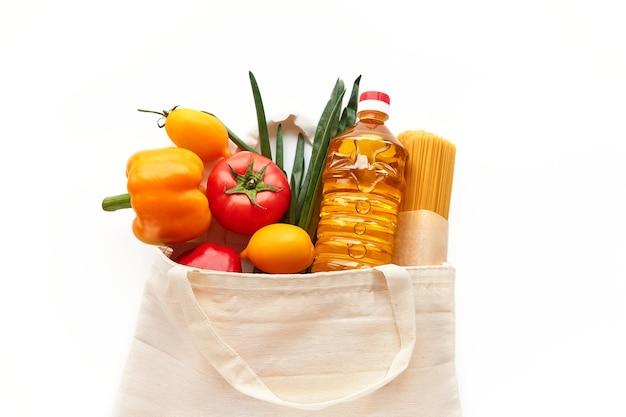 Conjunto de produtos alimentícios em sacola de tecido, compra no supermercado.