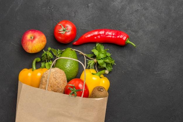 Conjunto de produtos balanceados para uma alimentação saudável. saco de papel com legumes. conceito de estilo de vida saudável. adequação de alimentos saudáveis.