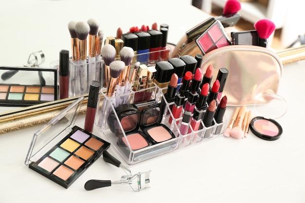 Conjunto de produtos cosméticos e pincéis na mesa