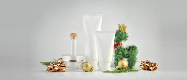 Conjunto de produtos cosméticos em fundo branco. coleção de embalagens cosméticas.