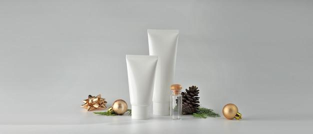 Conjunto de produtos cosméticos em fundo branco. pacote cosmético mock up coleção