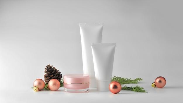 Conjunto de produtos cosméticos em fundo branco. pacote cosmético mock up coleção.