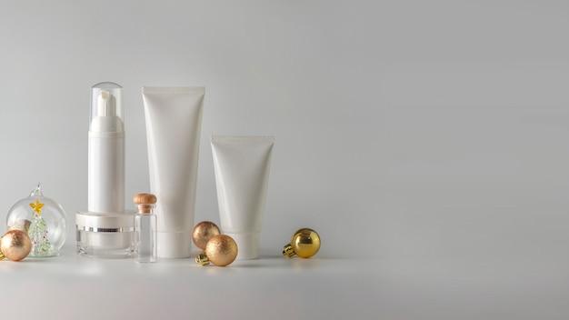 Conjunto de produtos cosméticos em fundo branco. rótulo em branco cosmético para mock-up de marca.